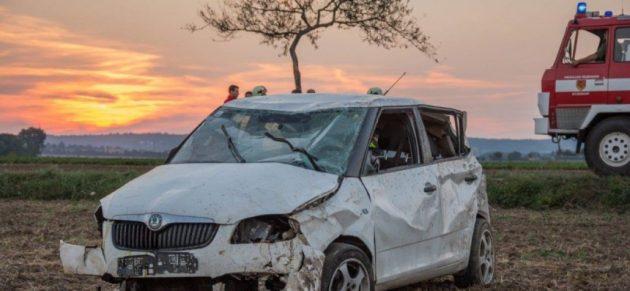 Fahrzeugüberschlag mit eingeklemmter Person bei Frauendorf